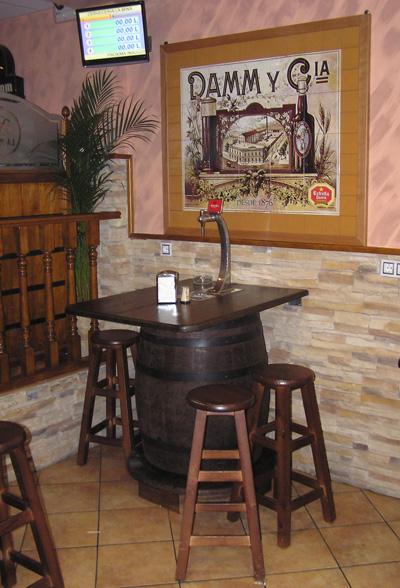 Barricas autopull y columnas de cerveza toneles barriles for Bares rusticos decoracion